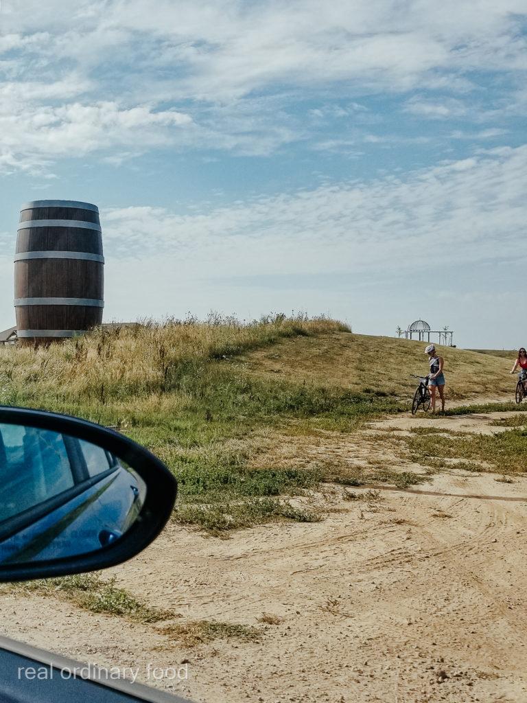 huge barrel on the way to niagara-on-the-lake