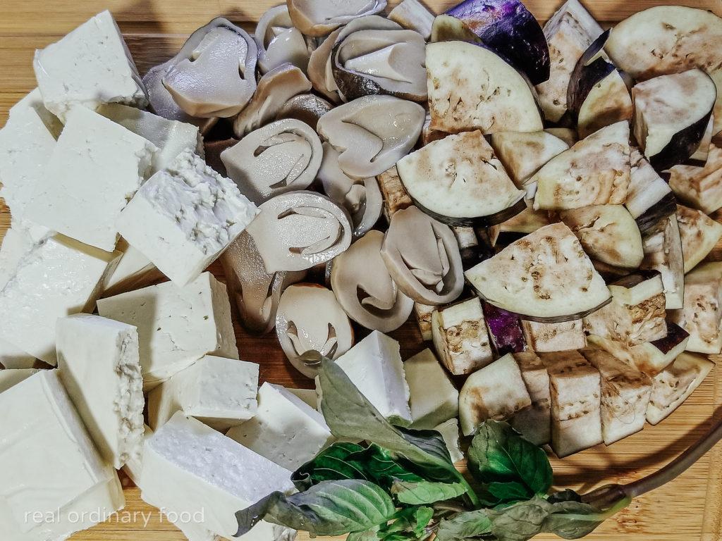 mise en place ingredients for vegan kaeng pa