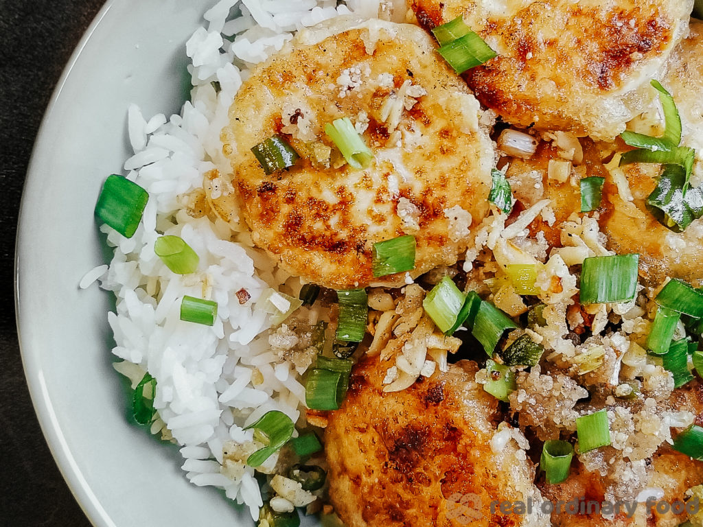 crunchy pan-fried tofu served with scallions over steamed rice