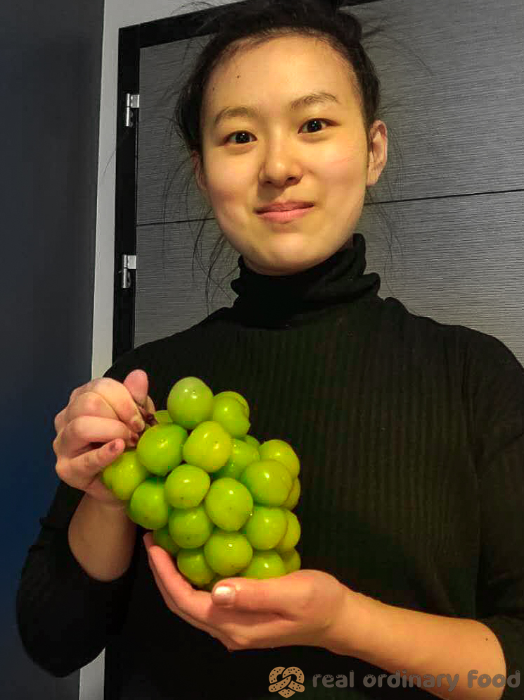 jellie holding shine muscat grapes