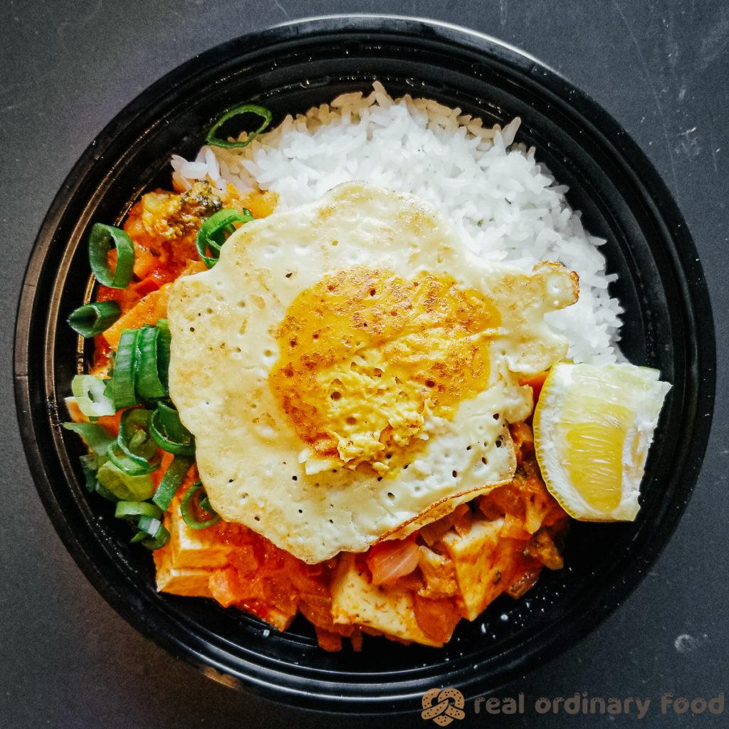 vegan fried egg over kaeng phet (thai red curry)